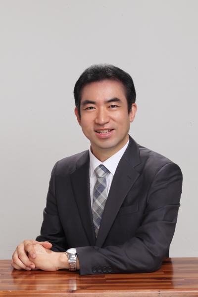 윤홍식 프로필 복사본 3.jpg